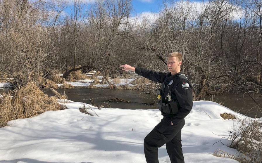 Austin Schumacher đứng cạnh rìa đầm lầy nơi anh giải cứu cậu bé 13 tuổi. Ảnh: AP/Todd Richmond.