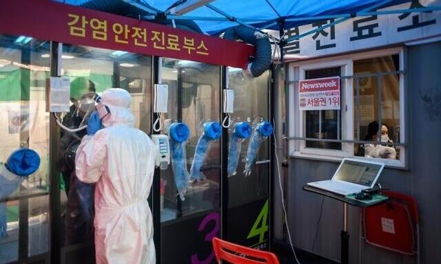 Bốt xét nghiệm tại bên ngoài bệnh viện Yangji ở Seoul ngày 17/3. Ảnh: AFP.
