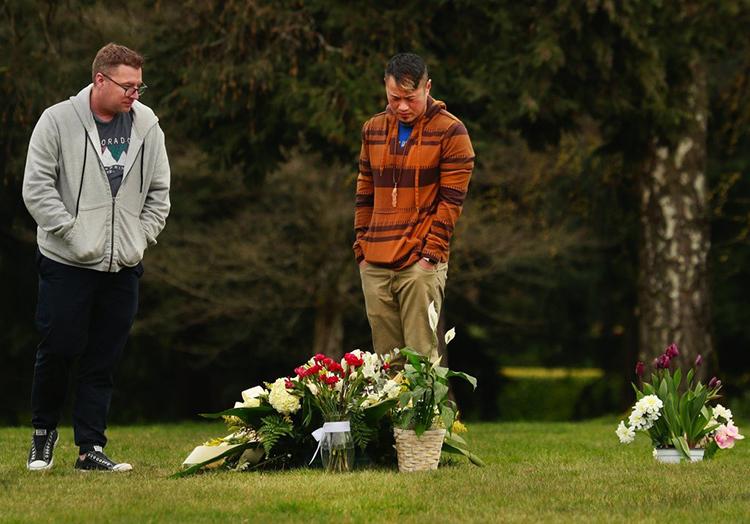 Vince Việt Nguyễn (phải) và bạn đời đến thăm mộ bố hôm 27/3. Ảnh: Seattle Times