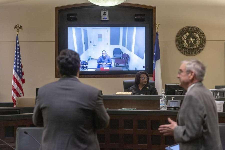 Thẩm phán Stephanie Boyd tại tòa án quận Brexar, bang Texas gặp trục trặc trong buổi làm việc trực tuyến đầu tiên. Ảnh: William Luther.