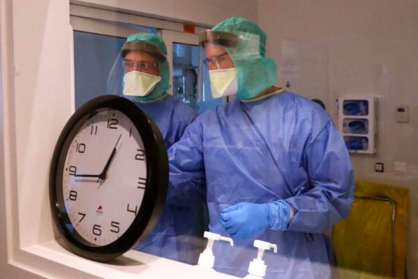 Y bác sĩ làm việc tại phòng chăm sóc đặc biệt dành cho bệnh nhân Covid-19 của bệnh viện MontLegia CHC, thành phố Liege, Bỉ hôm 26/3. Ảnh: Reuters