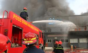 Cháy kho hàng gần Tân Sơn Nhất
