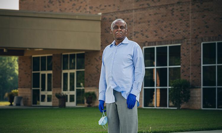 Mục sư Daniel Simmons đứng bên ngoài nhà thờMt. Zion Baptist ở thành phố Albany. Ảnh: NYTimes.