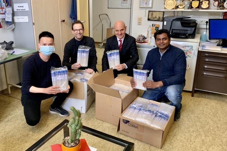 Đại diện của VG-Care, ngoài cùng bên trái, đưa các ống lấy mẫu bệnh phẩm của Việt Nam sang Đức ngày 30/3. Ảnh: Đại sứ quán Đức tại Việt Nam.