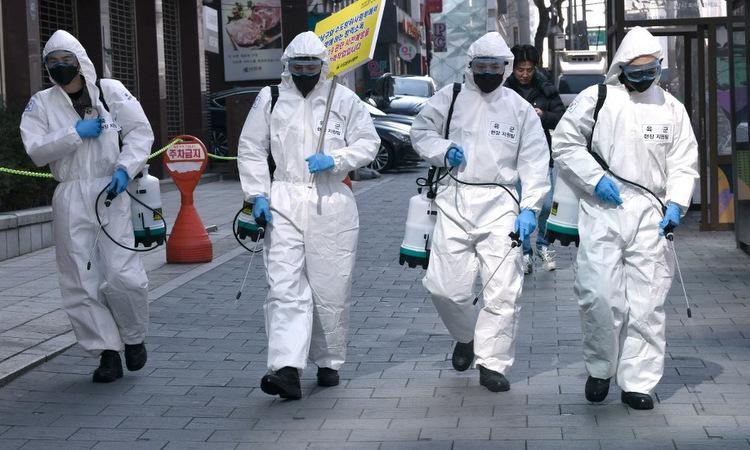 Binh sĩ Hàn Quốc khử trùng đường phố Seoul hôm 5/3. Ảnh: AFP.
