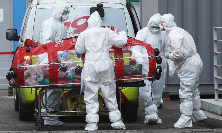 Bệnh nhân Covid-19 được đưa vào viện hồi giữa tháng 3. Ảnh: AFP.