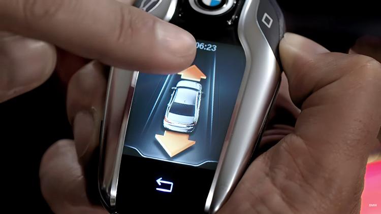 Chìa khoá thông minh BMW có thể điều khiển xe từ xa.