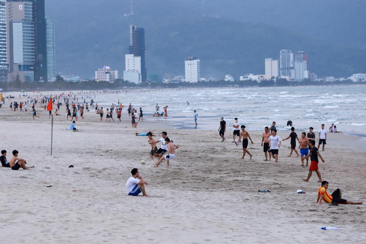 Chiều 29/3, trong khi bãi tắm Mỹ Khê (Ngũ Hành Sơn) vắng vẻ, thì các bãi tắm ở quận Sơn Trà vẫn còn đông dân địa phương tụ tập. Ảnh: Nguyễn Đông.