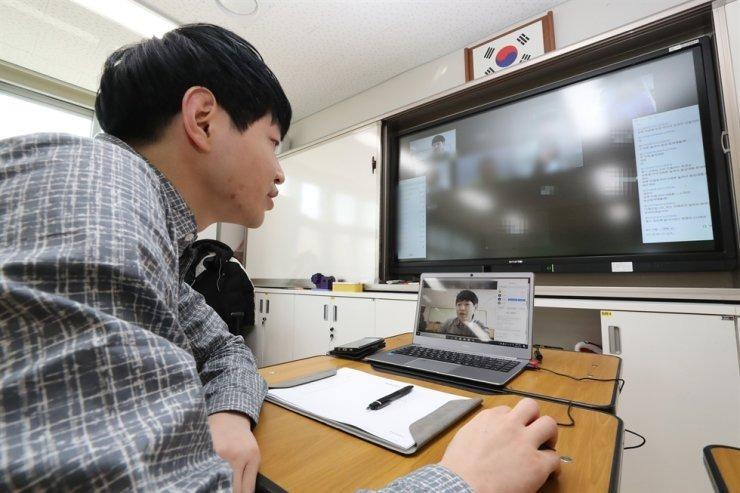Giáo viên một trường tiểu học tại thành phố Sejong, Hàn Quốc, dạy trực tuyến vào ngày 30/3. Ảnh: Yonhap.