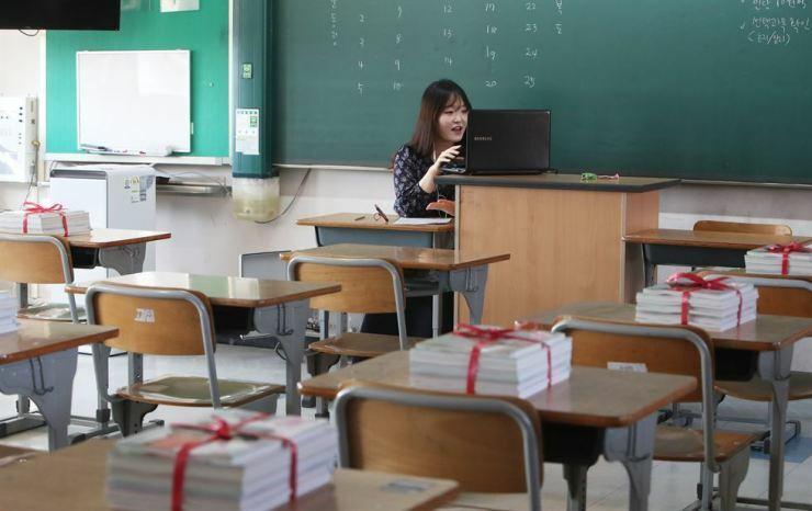 Giáo viên dạy trực tuyến tại trường trung học Gosaek, tỉnh Gyeonggi, Hàn Quốc vào ngày 31/3. Ảnh: Yonhap.