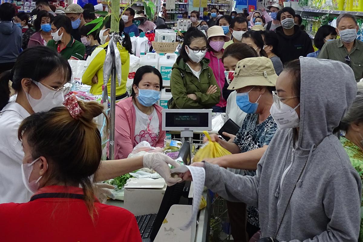 Khu vực tính tiền của Co.opmart Cống Quỳnh, quận 1, chật kín người. Ảnh: Hà An.