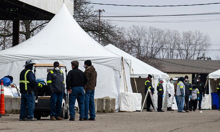 Các nhân viên y tế chuẩn bị xét nghiệm nCoV cho cư dân thành phố Detroit, bang Michigan, Mỹ. Ảnh: NY Times.