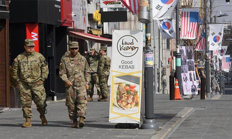 Các binh sĩ Mỹ tại khu mua sắm bên ngoài căn cứ Humphreys ở Pyeongtaek, Hàn Quốc tháng 2/2019. Ảnh: AFP.