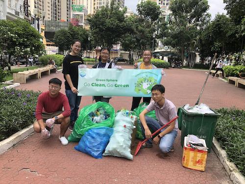 Hưng (ngoài cùng bên trái) trong một chiến dịch thu gom rác thải, bảo vệ môi trường.