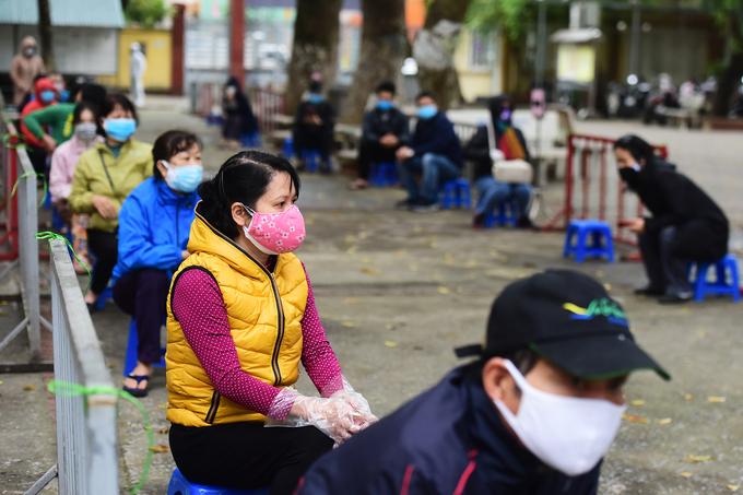 Người dân Hà Nội đi lấy mẫu xét nghiệm nhanh ngày 31/3. Ảnh: Giang Huy