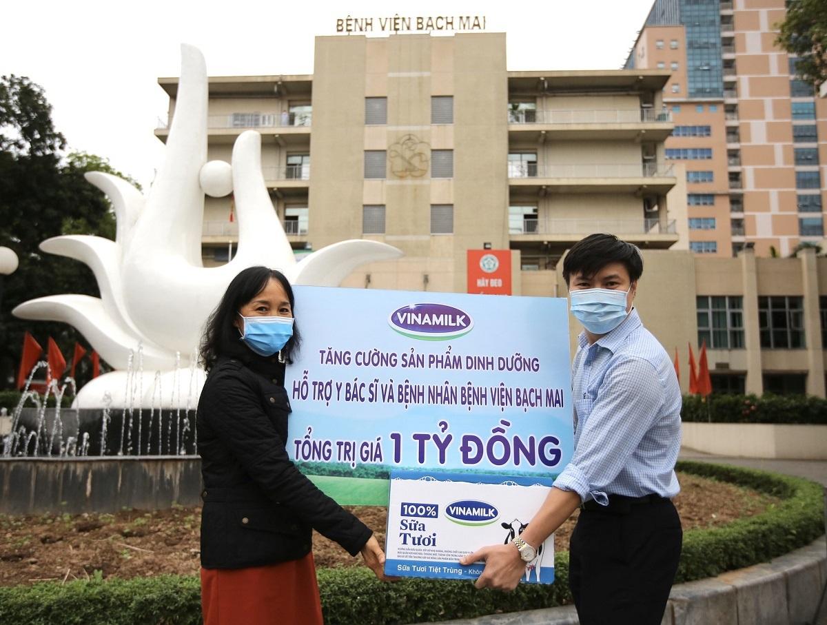 Bà Nguyễn Thị Minh Tâm - Giám đốc Chi nhánh Vinamilk tại Hà Nội trao tặng sản phẩm dinh dưỡng giá trị một tỷ đồng cho đại diện bệnh viện Bạch Mai.