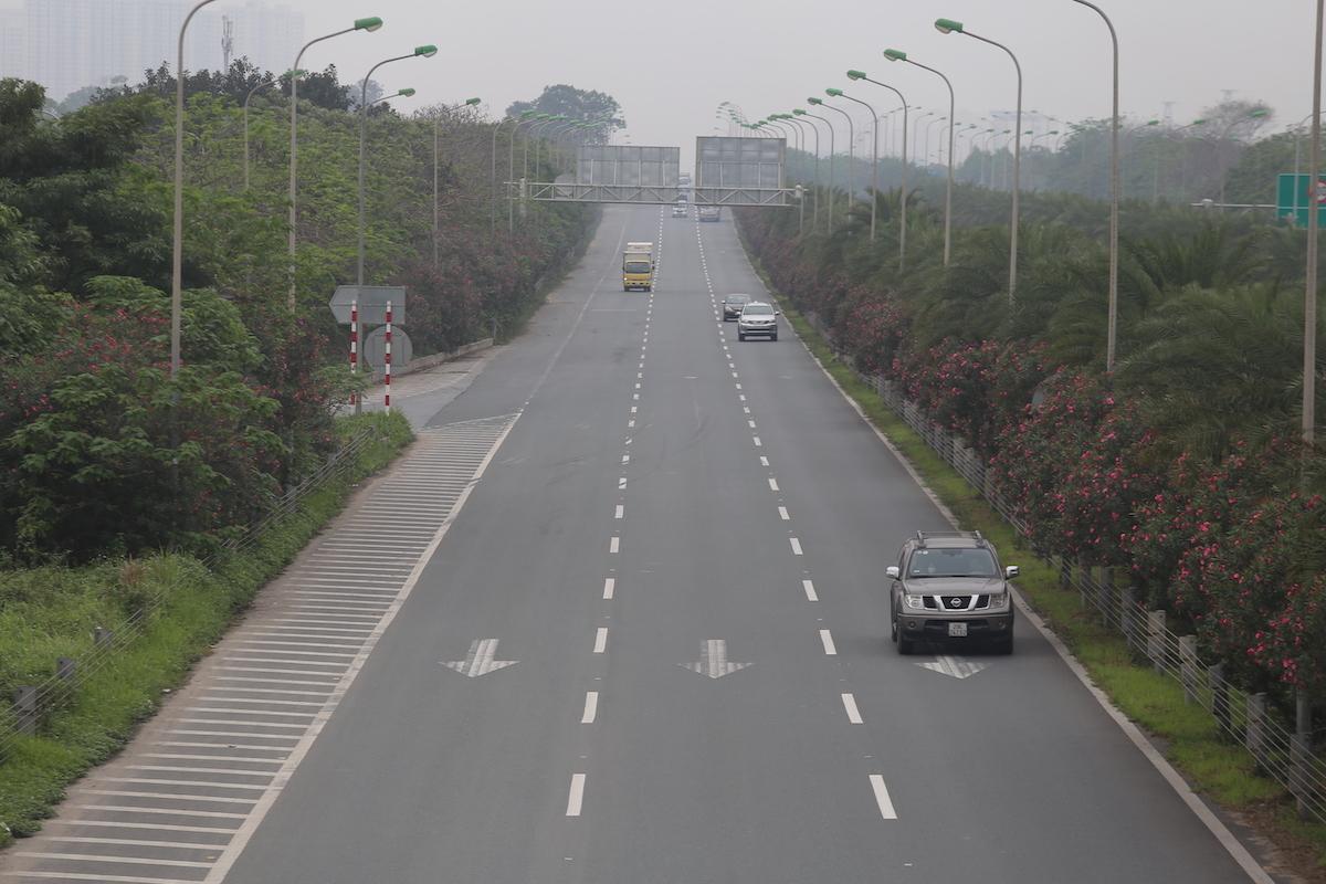 Đại lộ Thăng Long có ít phương tiện đi lại. Ảnh: Gia Chính.