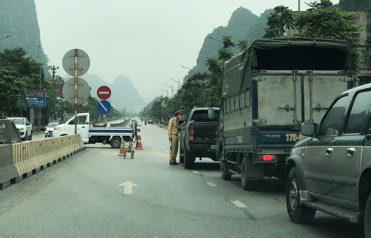 Thành phố Cẩm Phả lập điểm chốt trên quốc lộ 18A, tại phường Quang Hanh để kiểm soát phương tiện ra vào thành phố. Ảnh: Minh Cương