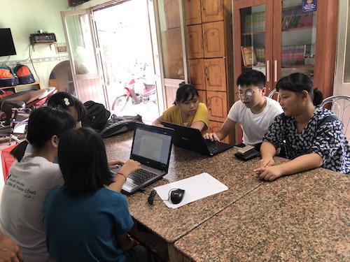 Hưng tham gia một buổi dạy tin học cho các em ở Mái ấm Ga Sài Gòn.