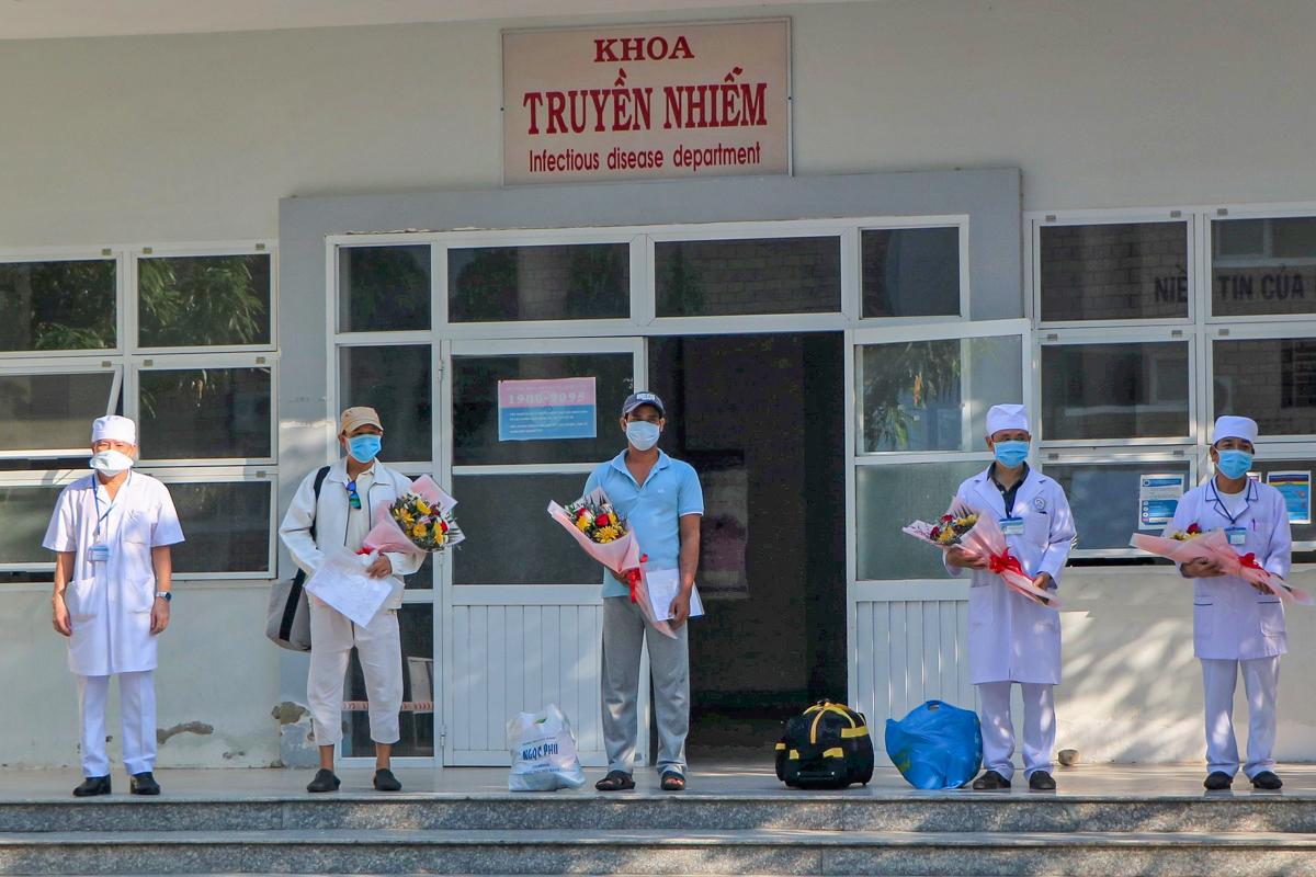 Cả bệnh nhân (hai người giữa) và bác sĩ (hai người bên phải) đều được lãnh đạo Bệnh viện Đa khoa tỉnh Ninh Thuận chúc mừng đã vượt qua Covid-19. Ảnh: Việt Quốc.