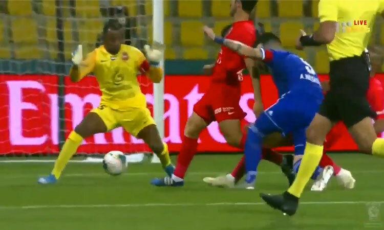 Cầu thủ ghi bàn lúc camera chưa kịp bắt hình