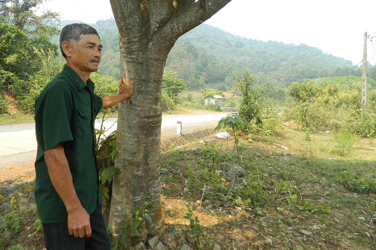 Ông Hà Khoa bên mảnh đất mặt tiền đường Hồ Chí Minh hiến tặng gây quỹ phòng chống Covid-19. Ảnh: Quang Hà