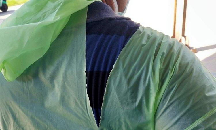 Một bác sĩ mặc áo mưa rách tại cơ sở điều trị Covid-19 ở Kolkata, Ấn Độ hôm 26/3. Ảnh: Reuters.