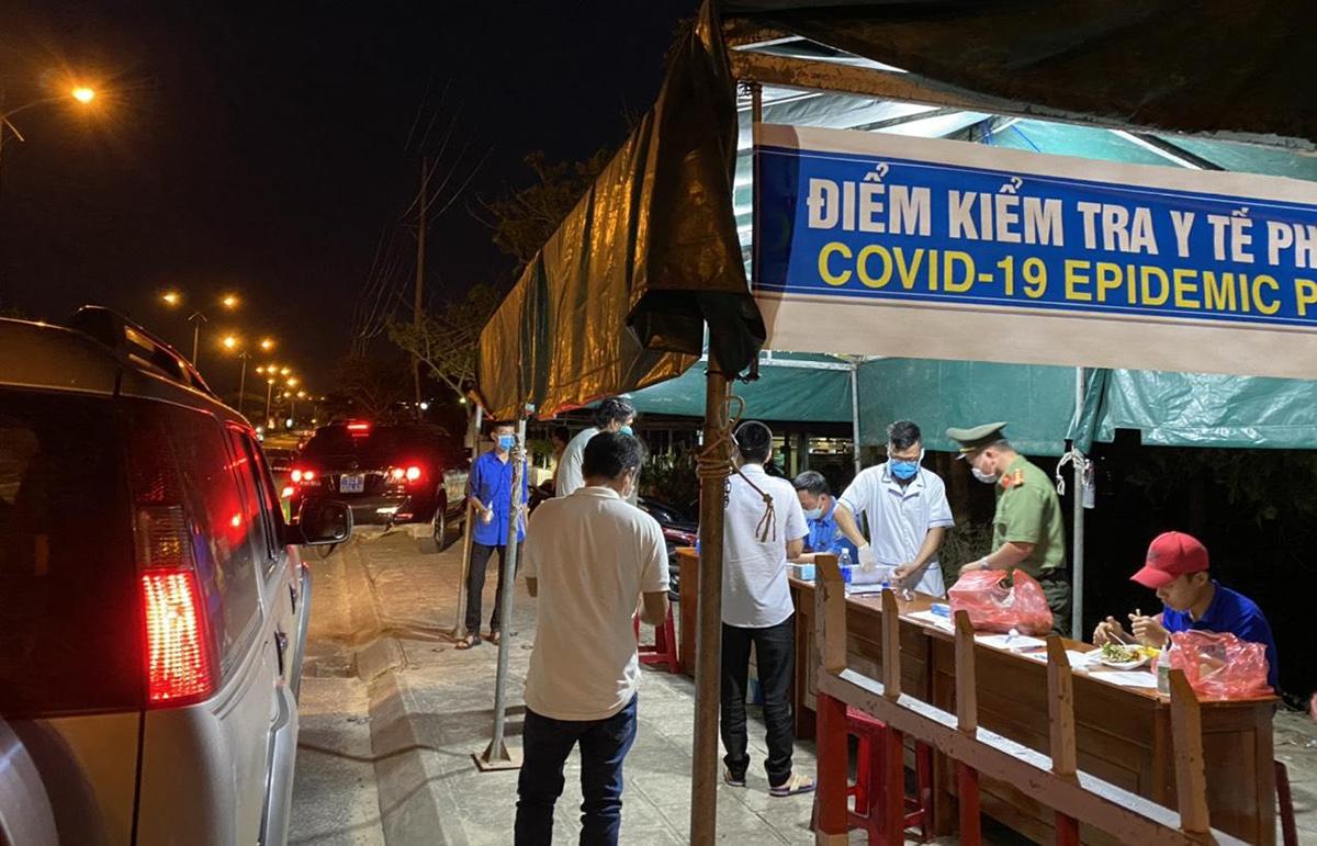 Một chốt kiểm tra người đi vào tỉnh Quảng Nam. Ảnh: Đắc Thành.
