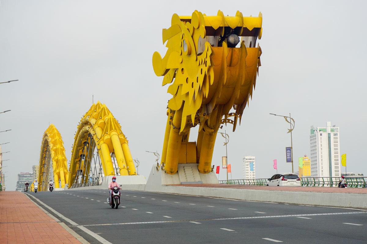 Cầu Rồng vắng phương tiện vào sáng 1/4. Ảnh: Nguyễn Đông.