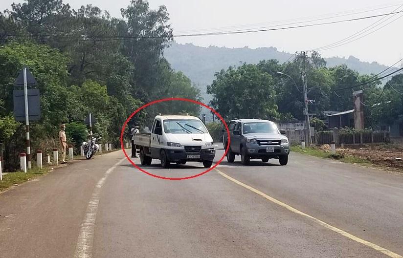 Bị cảnh sát chặn bắt, nam thanh niên đã bỏ lại ôtô bán tải (khoanh tròn đỏ) vừa cướp rồi chạy bộ vào rừng. Ảnh: Ngọc Oanh.