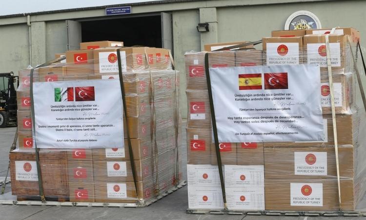Lô hàng hỗ trợ y tế trước khi được chuyển tới Italy và Tây Ban Nha tại căn cứ không quân Etimesgut ở Ankara, Thổ Nhĩ Kỳ hôm nay. Ảnh:Anadolu Agency.