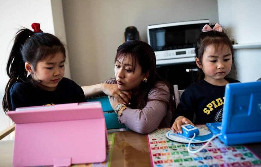Học sinh Nhật Bản học trực tuyến tại nhà. Ảnh: AFP/ Jiji.
