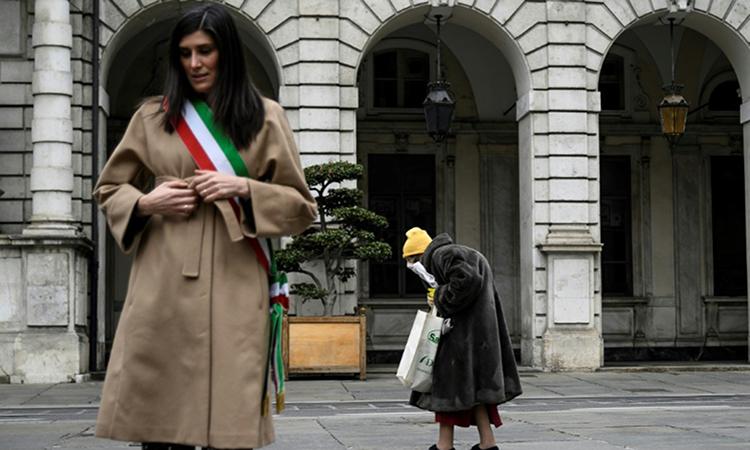 Chiara Appendino (trái) thị trưởng Turin đứng mặc niệm những người chết vì Covid-19 hôm 31/3. Ảnh: AFP.