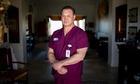 Bác sĩ Mỹ đấu tranh để được đeo khẩu trang