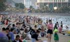 Siêu thị chen chân, bãi biển nghịt người - Tư duy và hậu quả