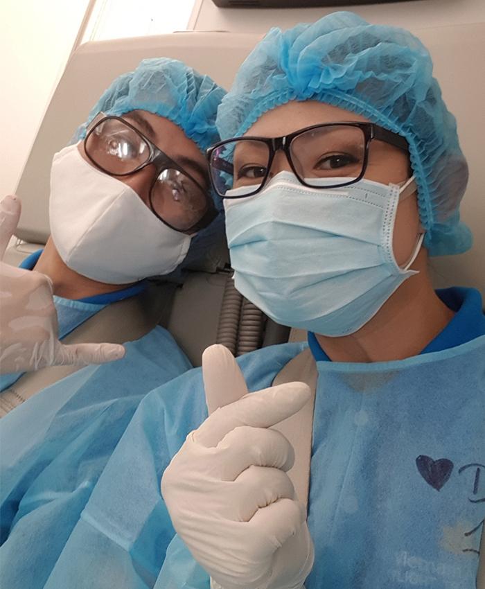 Tiếp viên Nguyễn Ngọc Diệp (phải) và đồng nghiệp trên máy bay. Ảnh: NVCC.