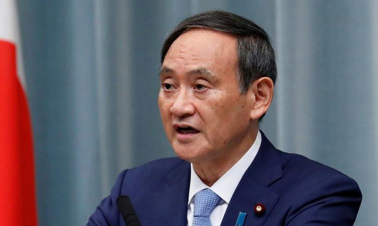 Chánh văn phòng Suga trong cuộc họp báo ngày 1/4. Ảnh: Reuters.