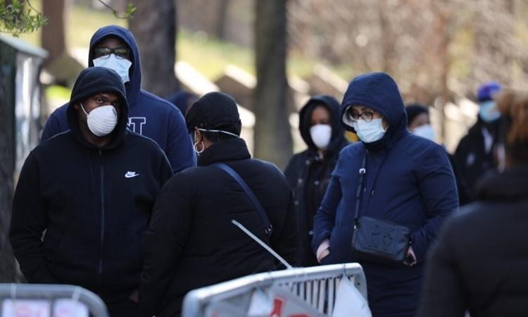 Người dân xếp hàng chờ xét nghiệm nCoV bên ngoài bệnh viện đa khoa Brooklyn ở thành phố New York, Mỹ, ngày 1/4. Ảnh: AFP.