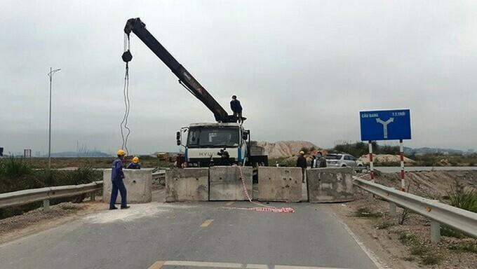 Đường vào huyện Hoành Bồ cũ, nay là TP Hạ Long ở khu vực cầu Bang bị chặn bằng các khối bê tông. Ảnh:Bình Minh