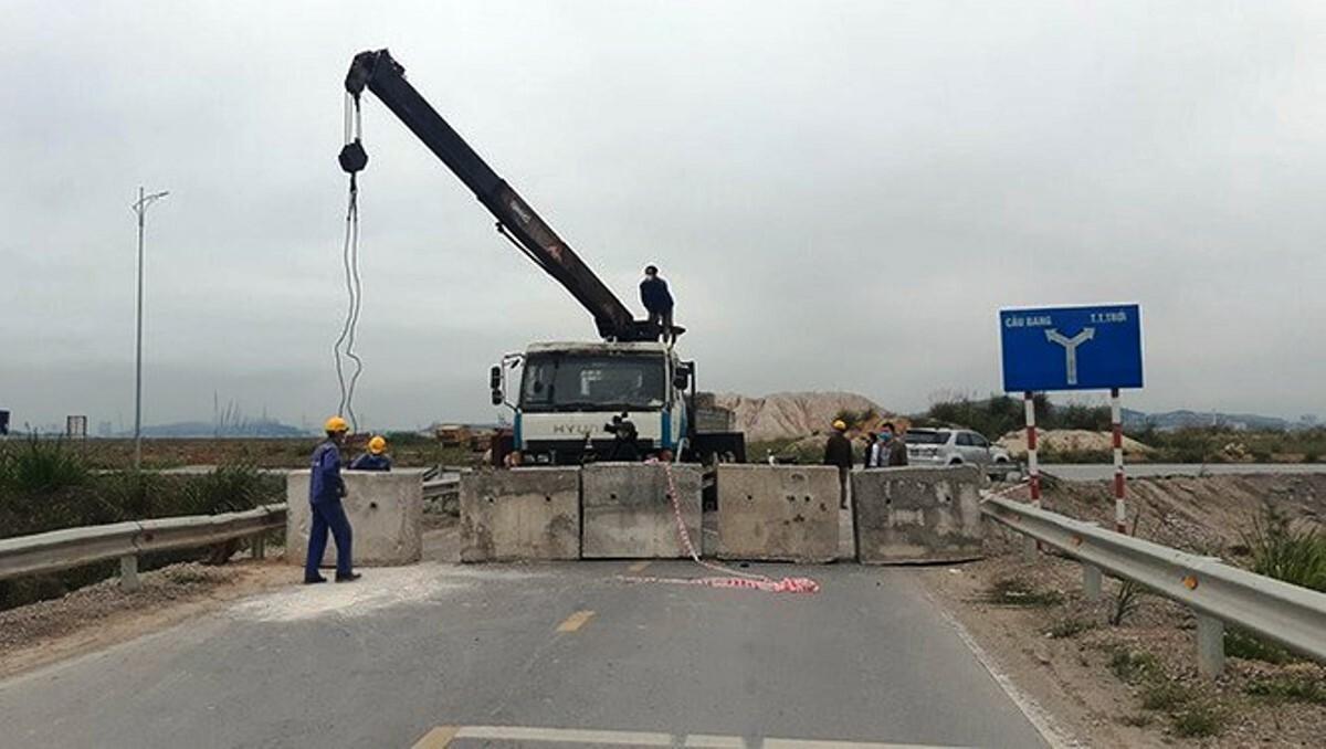 Đường vào huyện Hoành Bồ cũ, nay là TP Hạ Long ở khu vực cầu Bang bị chặn bằng các khối bê tông. Ảnh: B.M
