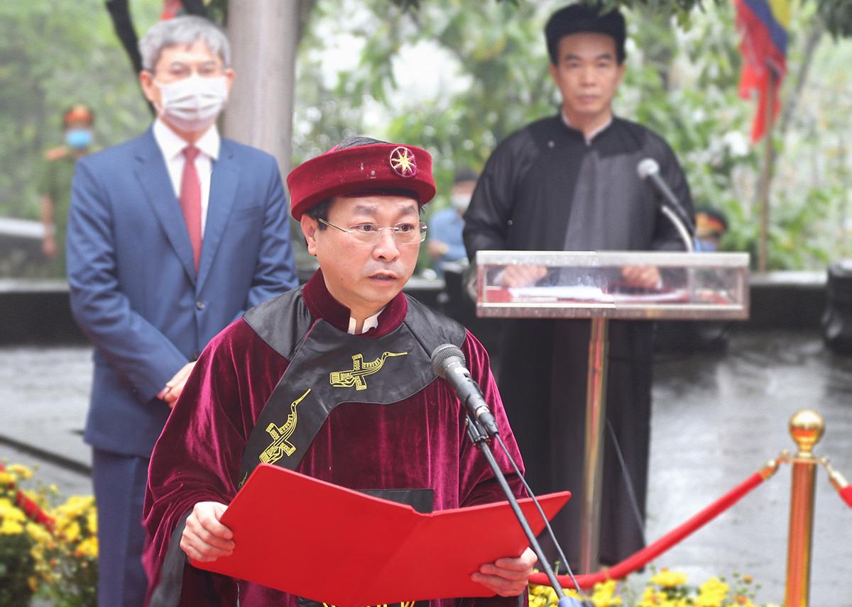 Ông Bùi Văn Quang, Chủ tịch UBND tỉnh Phú Thọ đọc chúc văn lại lễ dâng hương. Ảnh: Báo Phú Thọ