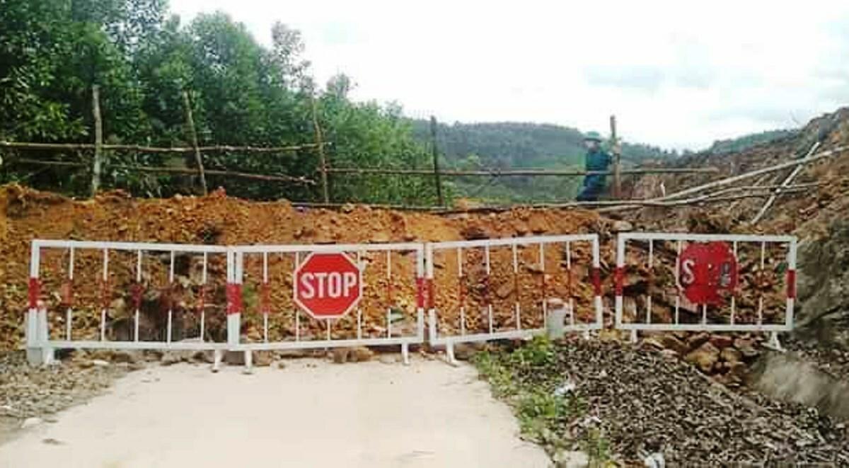 Tuyến đường ở xã Đạp Thanh, huyện Ba Chẽ nối xã Kỳ Thượng, TP Hạ Long bị đổ đất chặn lại. Ảnh: B.M