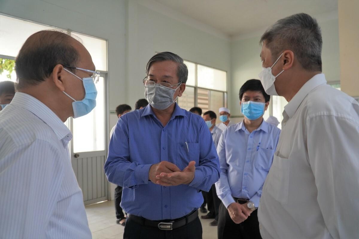 Bác sĩ Nguyễn Văn Thành, giám đốc Bệnh viện Đa khoa Bình Thuận (áo xanh) báo cáo đoàn công tác Bộ Y tế và lãnh đạo tỉnh về công tác điều trị, ngày 15/3. Ảnh: Việt Quốc