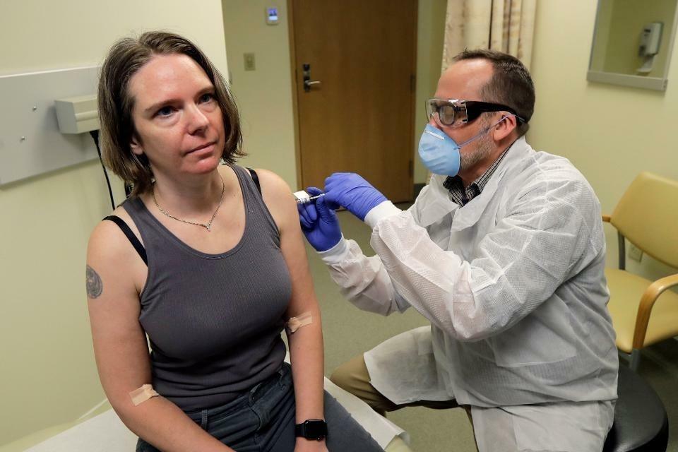Dược sĩ tiêm cho tình nguyện viên thử vaccine Jennifer Haller (trái) vaccine mRNA-1273. Ảnh:Ted S. Warren.