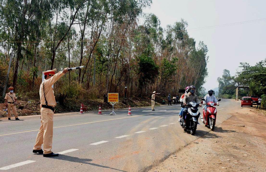 CSGT Kon Tum chốt chặn ở đèo Sao Mai - giáp ranh tỉnh Gia Lai, sáng 1/4. Ảnh: Ngọc Oanh.