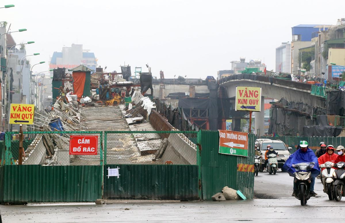 Công trường thi công cầu cạn Vành đai 2 đoạn qua đường Trường Chinh được rào chắn lại sáng 2/4. Ảnh: Phương Sơn