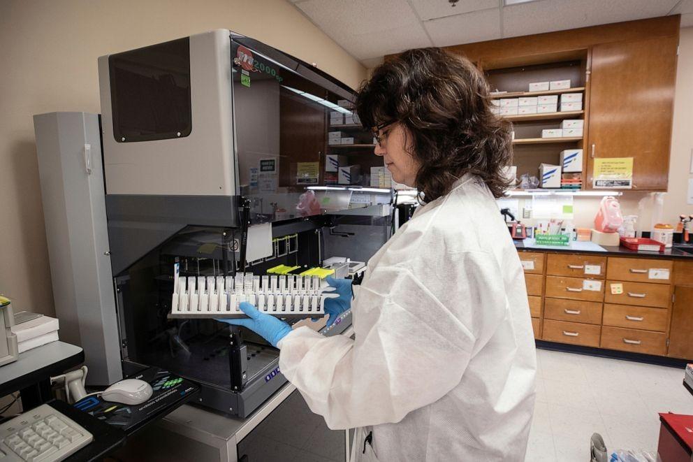 Chuyên gia phân tích các mẫu thử vaccine nCoV tại Jackson, bang Mississippi, Mỹ. Ảnh:Jay Ferchaud.