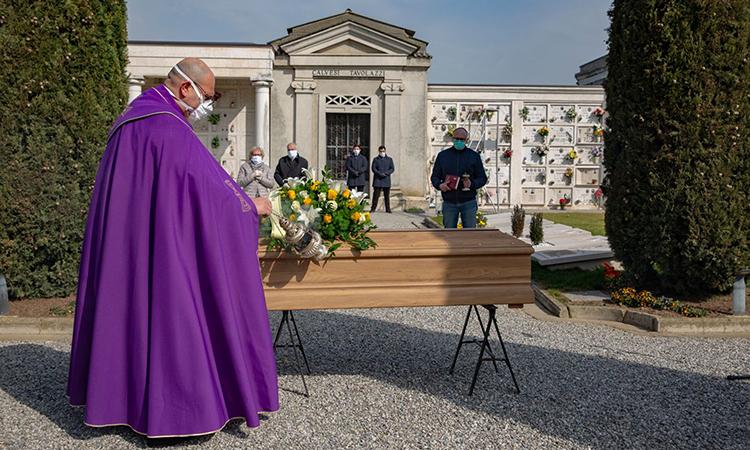 Một đám tang được tổ chức ở thị trấnCigole, tỉnhBrescia thuộc vùng Lombardy. Ảnh: WSJ.
