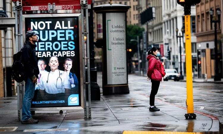Người dân đứng chờ xe buýt tại khu dân cư Union Square của thành phố San Francisco. Ảnh: Washington Post.