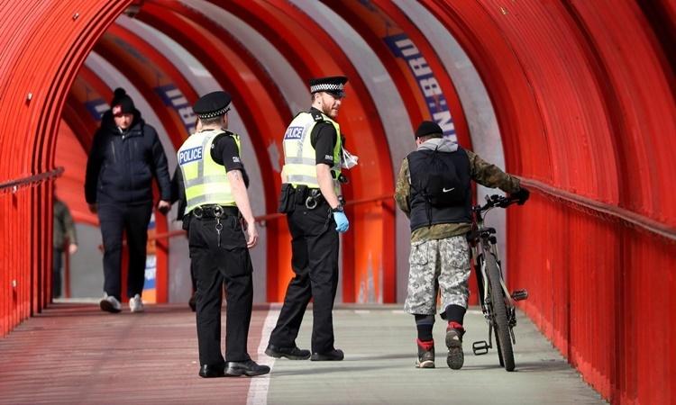 Cảnh sát đi tuần ở Glasgow, Anh, ngày 31/3. Ảnh: Reuters.